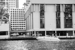 漂浮在都市风景背景的水表面上的汽船 免版税库存照片
