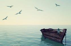 漂浮在镇静蓝色海和天空的老木渔船 免版税库存照片