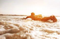 漂浮在长的委员会的冲浪者妇女 库存图片