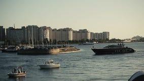 漂浮在水中的黑小船 停泊的 影视素材