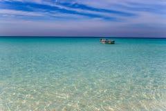 漂浮在绿松石海洋的小船 库存照片