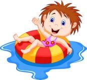 漂浮在水池的一个可膨胀的圈子的女孩动画片 免版税库存图片