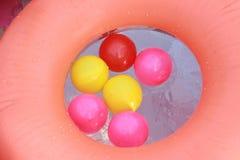 漂浮在水的五颜六色的塑料球 库存照片