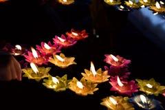漂浮在水的五颜六色的蜡烛为祈祷菩萨 免版税图库摄影