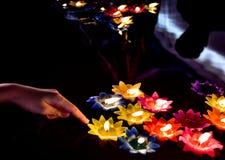 漂浮在水的五颜六色的蜡烛为祈祷菩萨 免版税库存照片