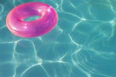 漂浮在水的桃红色浮游物管 图库摄影