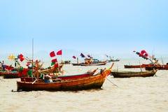 漂浮在水的渔船 免版税库存照片