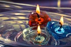 漂浮在水芳香的五颜六色的三个蜡烛滚保龄球,减速火箭 免版税图库摄影