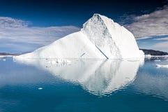 漂浮在Eqi冰川附近的巨型的冰山在格陵兰 库存照片
