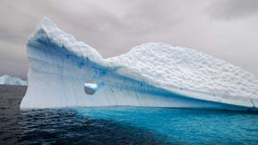 漂浮在Errera频道的冰山在库佛维尔岛,南极洲后 免版税库存图片
