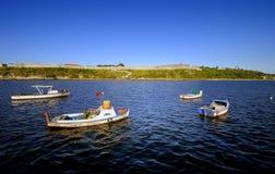 漂浮在Havana's港口的小船 免版税库存照片