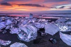 漂浮在Jokulsarlon冰河盐水湖的冰山 免版税库存图片