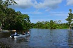 漂浮在Maracaibo湖,委内瑞拉的小船 图库摄影
