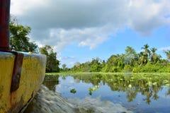 漂浮在Maracaibo湖,委内瑞拉的小船 免版税图库摄影