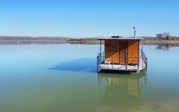 在Orava水库(Oravskà ¡ Priehrada)的居住船 免版税库存照片