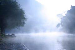 漂浮老城市的表面上的薄雾 免版税库存图片