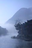 漂浮老城市的表面上的薄雾 库存图片