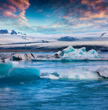 漂浮蓝色冰山在Jokulsarlon冰河盐水湖 图库摄影