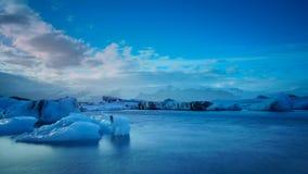 漂浮蓝色冰山长的曝光摄影在Jokulsalon 免版税库存照片