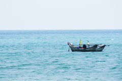 漂浮蓝色海的速度小船 免版税库存照片