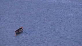 漂浮被忽略的空的小船,科纳克里,几内亚 股票录像