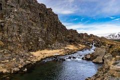 漂浮通过山的河 库存图片