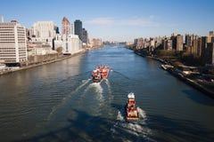 漂浮East河的两艘驳船 库存图片