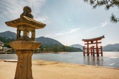 漂浮Torii门,与灯笼的大浪长的曝光的宫岛 免版税库存照片