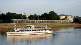 漂浮Volkhov河的Yaroslav庭院和风船在夏天日落 股票录像