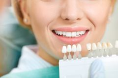 漂白牙齿诊所的牙 免版税图库摄影