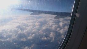 漂移下来在风雨如磐的云彩的航空器在登陆前在目的地机场 股票录像