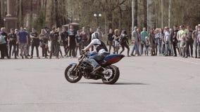 漂移在与簪子轮的一个圈子的摩托车骑士 在汽车展示会的壮观的表现 凉快的竟赛者 股票录像