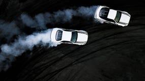 漂移在赛马跑道,两辆汽车的空中顶视图两汽车争斗 免版税图库摄影