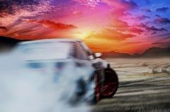 漂移在速度轨道的汽车 免版税图库摄影