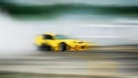 漂移的汽车,漂移和抽烟在被弄脏的ba的跑车轮子 免版税图库摄影