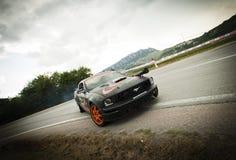 漂移的Ford Mustang 免版税库存照片