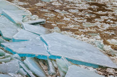 漂移在河的冰 免版税库存图片