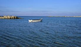 漂移在海的小船 免版税库存图片