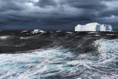 漂移在海洋的冰山 免版税库存照片