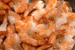 漂洗在水槽的煮熟的虾用水 图库摄影