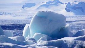 漂移在Jokulsarlon冰川湖的蓝色冰在冰岛 免版税库存照片