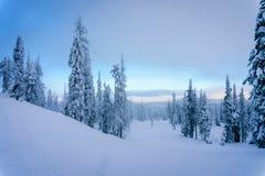 漂移完全成功在滑雪的云彩在太阳峰顶村庄倾斜 免版税图库摄影
