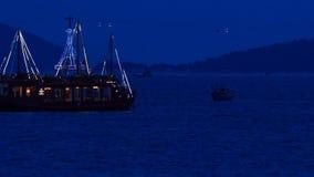 漂移的船看法沿海湾的在反对城市的深夜里 股票视频