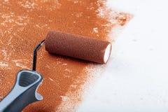 漆滚筒表面铜油漆里面在公寓关闭 免版税图库摄影