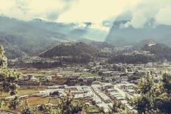 漏从在平安的村庄的云彩的阳光Bumthang谷的,不丹 库存图片