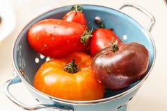 漏在滤锅的被分类的湿蕃茄 库存图片