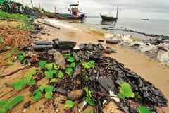 漏油。污染的海滩。 免版税库存图片