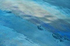 漏油在水中 免版税库存照片