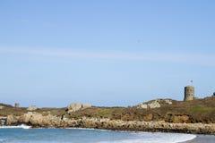 漏洞在守卫海岸线的根西岛耸立 库存照片