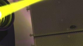 演出光在与雾的音乐会,在控制台的阶段光,点燃音乐会阶段,娱乐音乐会 股票录像